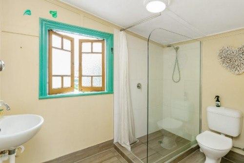 cairns hostel bathroom