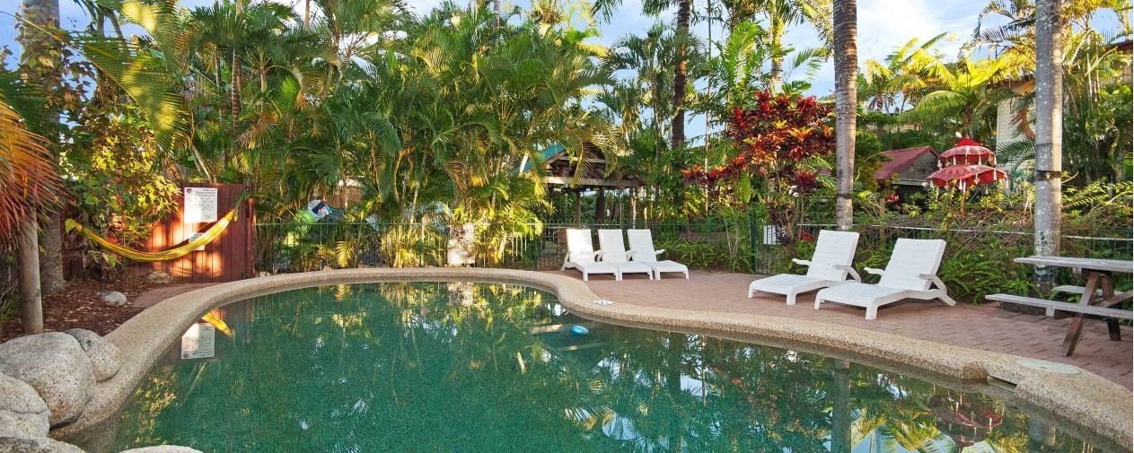 cairns hostel pool